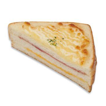 햄과 치즈를 얹은후 거기에 다시 치즈가루를 뿌려구워 만든 간단하게 먹을 수 있는 토스트.
