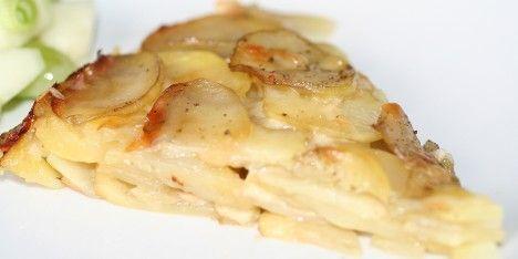 Med nogle kartofler, smeltet smør og og revet ost kan du lave denne skønne ret. Pommes Anna er en type kartoffelkage som bages ca. 1 time i ovnen.