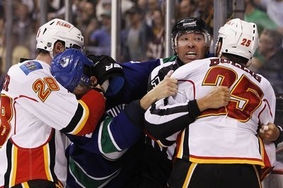 NHL playoff scores 2015: Canucks, Flames reignite rivalry while Blackhawks falter