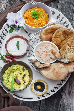schnelle Dip zum Grillen sind ruckzuck gemacht. Sie können nach Belieben variiert werden. Indische Dips mit Naan Brot von Mestemacher passen perfekt.