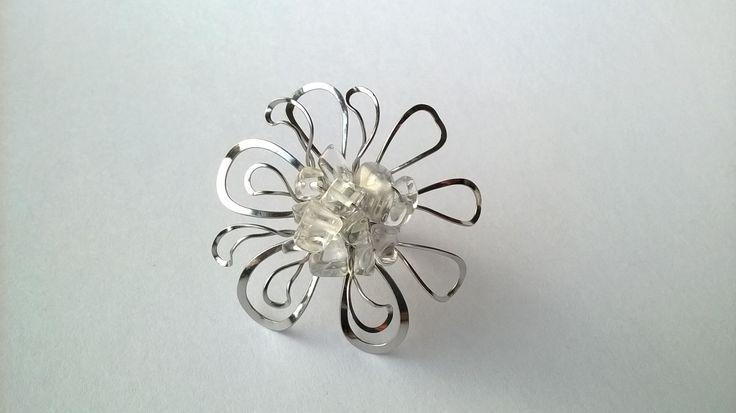 Prsten+Nr.109+Snový+květ+s+křišťálem+Autorský+šperk.+Originál,+který+existuje+pouze+vjednom+jediném+exempláři+z+romantické+edice+variací+na+květy.+Vyniká+kouzelným+prostorovým+tvarem,+množstvím+propracovaných+detailů+a+elegantním+výrazem.+Průměr+květu+je+4,5+cm,+váha+pohých+5g.+Motiv+květu+je+precizně+prostorově+natvarován+a+tím+z+něj+vyzařuje+zvláštní...