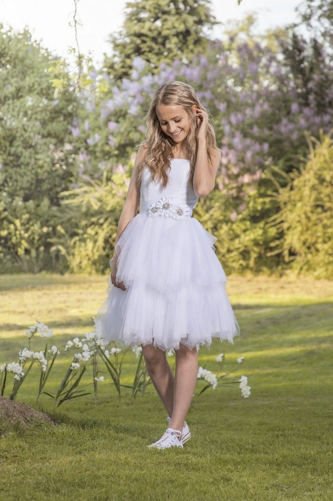 Luxux Konfirmation 2014 Confi 25 : Smuk og enkel kjole med flot tyllskørt i flere lag. Sød model med bælte i taljen og snøre i ryg. (uden bælte)