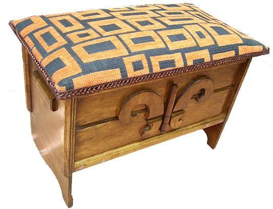 CLAF - Linda Banca Baul Tapiz Rectángulos (COD 537 - Banca Baul) Fabricada en madera terciada lisa, con diseño, barnizada. Tapiz acolchado, diseño rectángulos. Medidas: - Largo: 50 cm - Ancho: 27 cm - Alto: 33 cm Precio: $ 16.000 www.claf.cl
