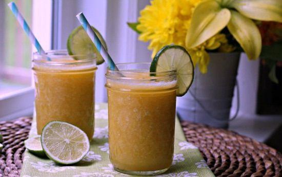 Sangria de Pêssego e Mel Ingredientes: 1 xícara de vinho branco frio 2 colheres (sopa) de licor de laranja 2 colheres (sopa) de licor de pês...