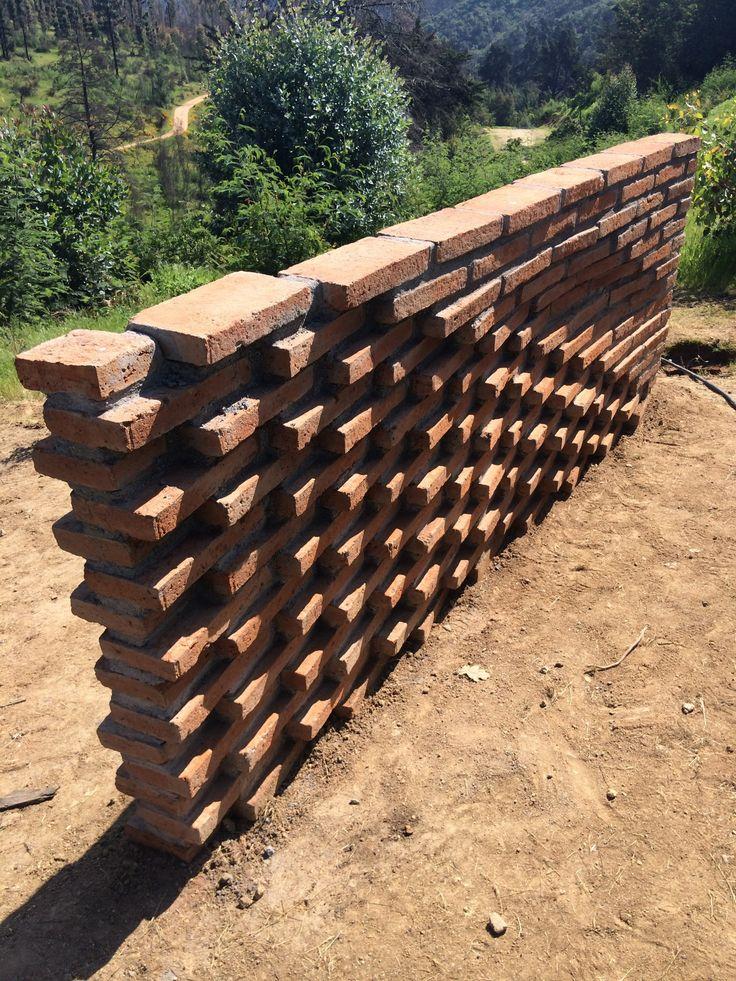 Estudiantes construyen muros de ladrillo en disposición algorítmica