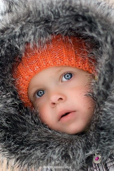 Начните со спокойных фотографий. Чтобы добиться такого задумчивого выражения лица, нужно поросить ребенка разглядеть что-то вне объектива фотоаппарата.