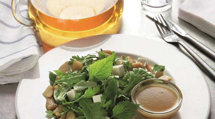 Салат из дикой зелени, яблок и тофу. ИНГРЕДИЕНТЫ хлопья чили – щепотка апельсин – 1 шт. лимон, только сок – 1 шт. светлое кунжутное масло – 3 ст. л. сахар мусковадо – 1 ч. л. соль морская – по вкусу разная дикая зелень – 400 г яблоки сорта фуджи – 2 шт. твердый тофу – 200 г ПОШАГОВЫЙ РЕЦЕ