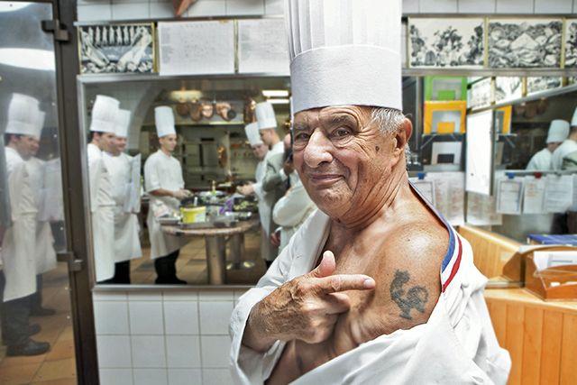 Paul Bocuse, blessé pendant la guerre, il est soigné par les Américains, qui lui tatouent un coq sur l'épaule.