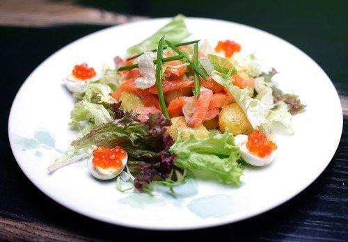 Салат с подкопченой семгой и хурмой рецепт – аргентинская кухня: салаты. «Афиша-Еда»