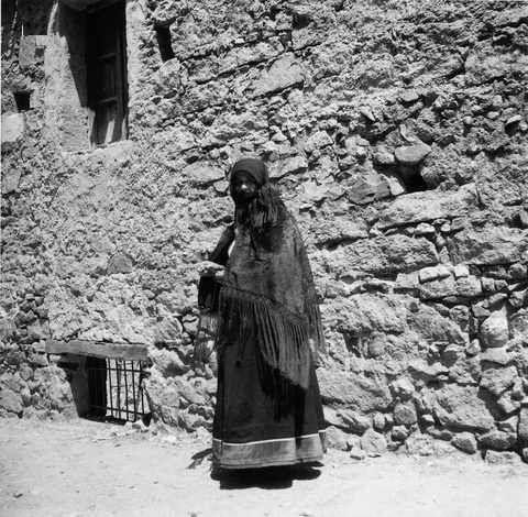 Donna con scialle e  abito tradizionale di Orgosolo