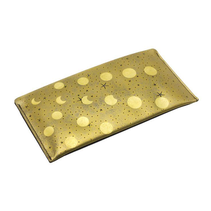 身につける漆 蒔絵の長財布 薄財布 金色粉研ぎ出し 森羅万象伝統の技と技術を生かしおしゃれにかつスタイリッシュに日本の伝統とともに何時も身につける喜び、そして機能的に携帯できるファッションアイテムに創り上げた坂本これくしょんより、柔らかくシックな牛革に豪華な金箔蒔絵をあしらったとても使いやすい ThinWallet Universe ShinraBansyou Gilt Scraped 手になじみやすい柔らかくシックな黒の牛革の上に星々を描き、宇宙に散りばめられた細かな星々を表現するべくあえて表面全体を研ぎ出すことでより一層重厚な雰囲気を演出。その上から金箔の蒔絵で月の光の波の先に小さく見える地球を表現、熟練の職人の技が光る手の込んだ作品。  #蒔絵長財布 #牛革長財布 #Purse #longwallet #華やか長財布 #一枚の絵画 #お財布 #薄財布 #必要最小限の機能 #横長ウォレット #森羅万象 #ThinWallet #Universe #fashionable #makie #機能性 #お洒落 #使いやすさ #ウェアラブル蒔絵 #WearableMAKIE…