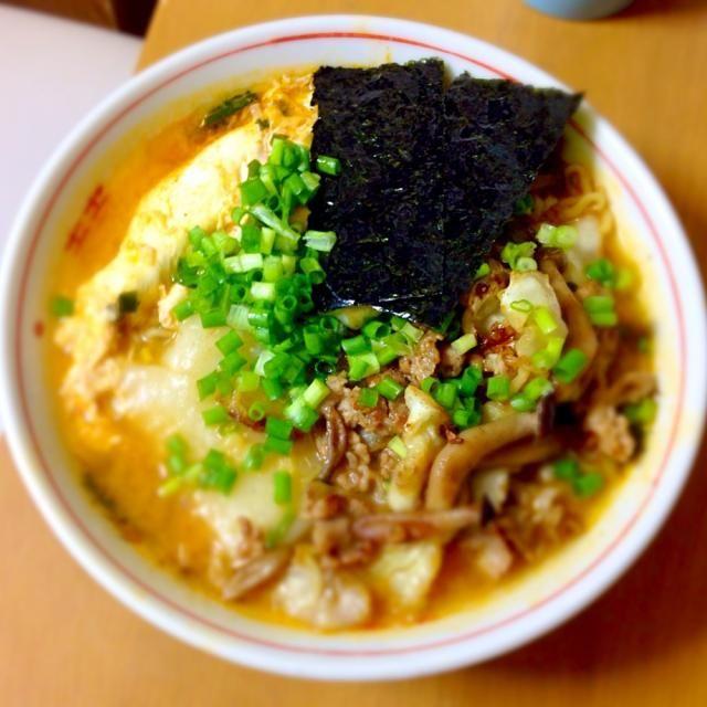 今日の昼にキムチ拉麺を食べました。茸とキャベツと豚肉の軽い炒め物と卵とお餅と海苔をラーメンの上にのせました。韓国みたいに辛くはないが美味しかったです。 - 9件のもぐもぐ - キムチラーメン by minato20