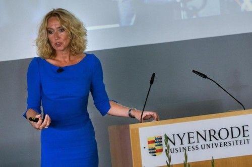 Opening Academisch Jaar 2014 – 2015  Breukelen – Het Academisch Jaar is voor Nyenrode Business Universiteit op 8 september om 16:00 uur in het Pfizer-auditorium van start gegaan. Tijdens de ceremonie die in het teken stond van internationalisering en verandering, was PostNL CEO Herna Verhagen keynote speaker.