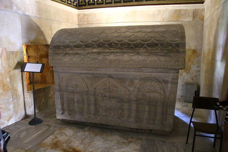 Sarcofago di Valentiniano III. V secolo. Mausoleo di Galla Placidia, Ravenna