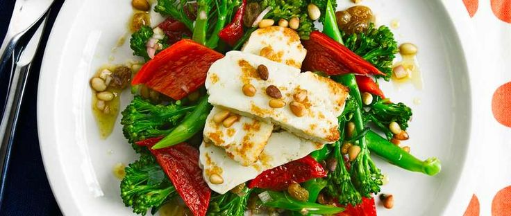 Filling vegetarian salad for two: on the table in half an hour, a main-course salad with halloumi, broccoli and red peppers. Sprinkle with pine nuts to serve.