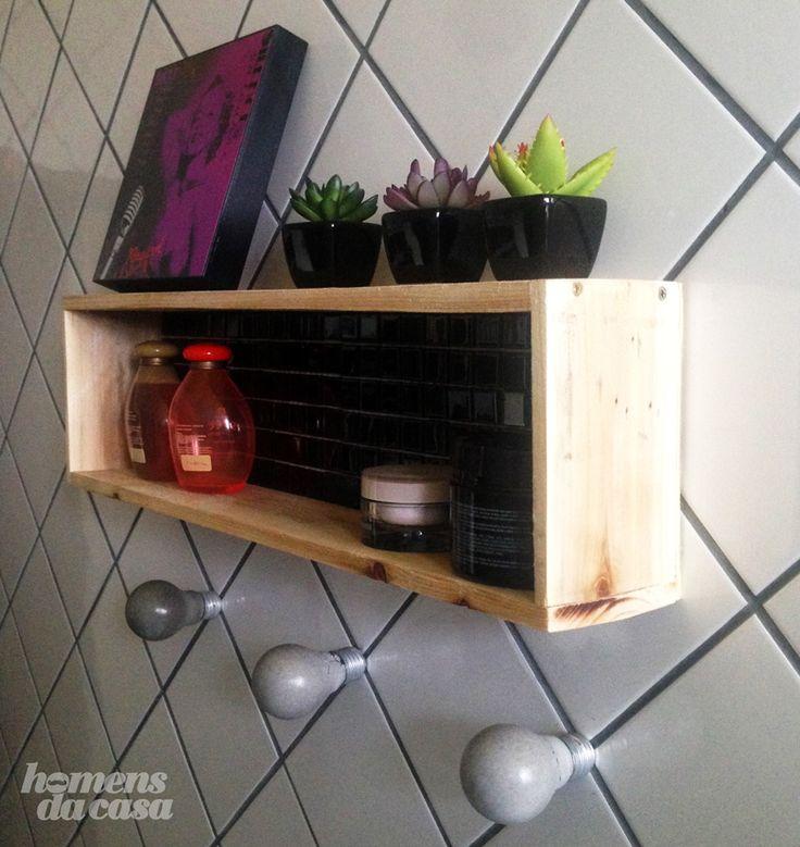 Faça você mesmo um nicho de madeira super diferente que inclui pastilhas de vidro. O resultado é surpreendente.