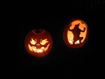 Pompoenen uitsnijden voor Halloween. Je kunt er hele kunstwerken van maken.