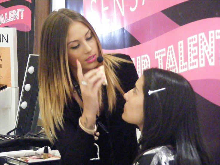 La semifinalista Guilia Costantinelli, impegnata ad eseguire il make up su Alessia, modella di Antonio Bevilacqua, assegnatale a sorte.