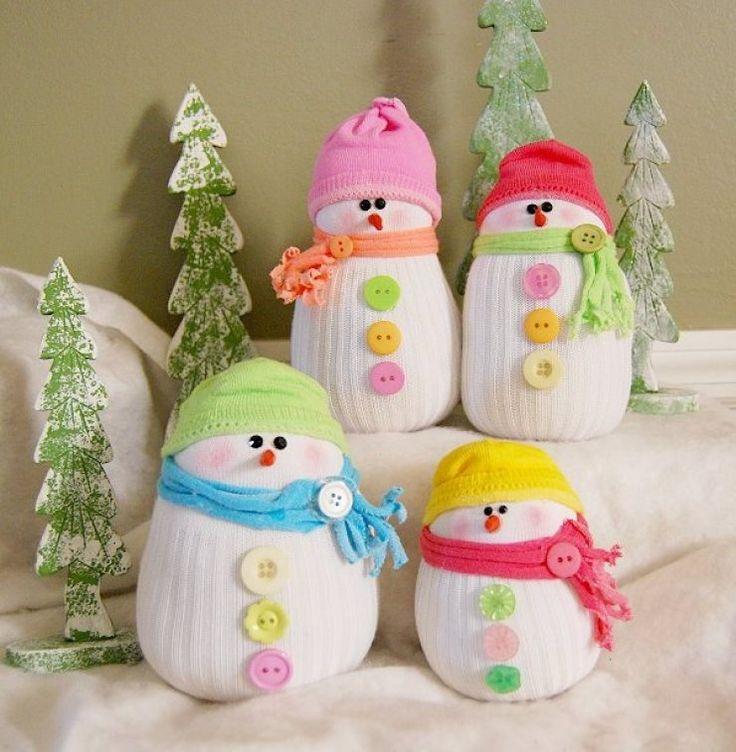 bonhommes de neige en chaussettes à faire avec les enfants pour Noël - un projet de bricolage facile et original