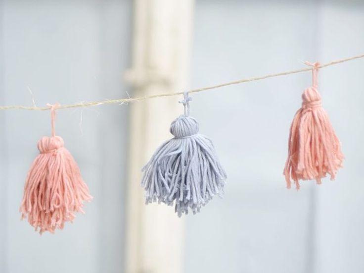 Kostenlose Anleitung: Girlande aus Wolltasseln herstellen / free DIY: crafting a garland made of wool tassels via DaWanda.com