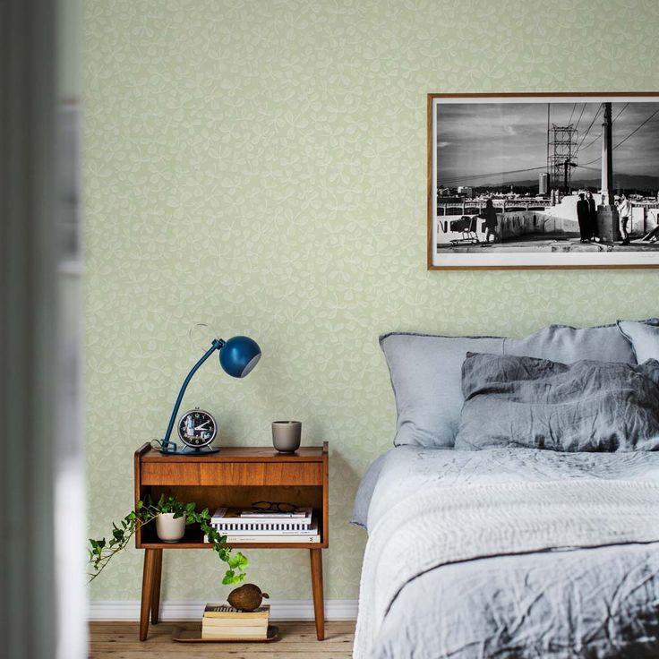 En mjuk tapet med ett pastelligt ytmönster som skapar lugn till rummet. Mönstret passar i hemmets alla rum och limtrycks effekten ger mönstret levande detaljer.Den här milda, ljuva gröna färgställningen ger rummet en behaglig ombonad känsla.
