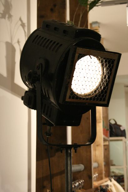 Grote zwarte spotlight @ Hutspot Amsterdam. #lamp #light
