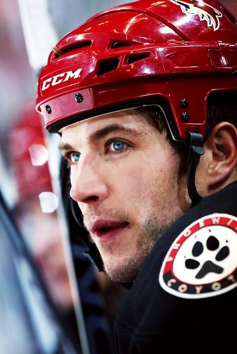 taylor pyatt <3 why must you be so pretty AND so good at playing hockey?!