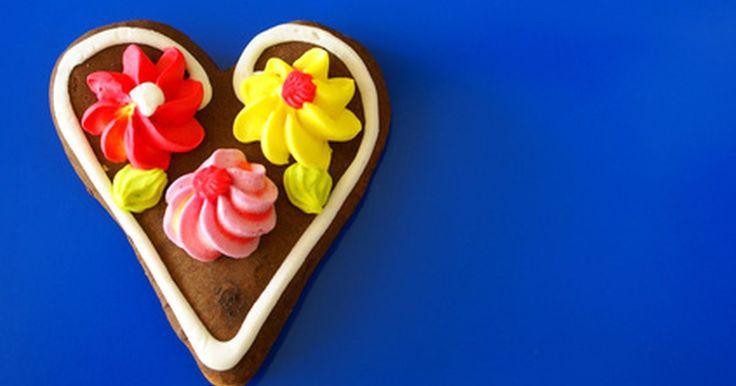 Como fazer glacê real flexível. O glacê real é uma peça-chave na decoração de bolos e sobremesas. Com um acabamento fosco e rígido e capacidade de reter vivamente quase qualquer cor, esta cobertura é uma das favoritas de muitos padeiros. No entanto, uma vez que estiver seco, torna-se inflexível e muito sólido. Os confeiteiros têm que trabalhar rapidamente para garantir que o ...