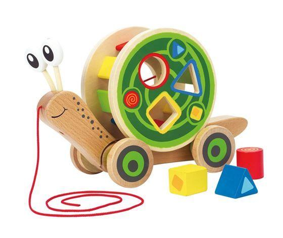 Lær ditt barn om de forskjellige farger og formet, og la ham eller hun plassere de fargerike klossene riktig. Dessuten kan leken også brukes som trekkdyr, så her får du både puttekasse og trekkdyr i ett. Treleken er beregnet for barn fra ca 12 måneder.