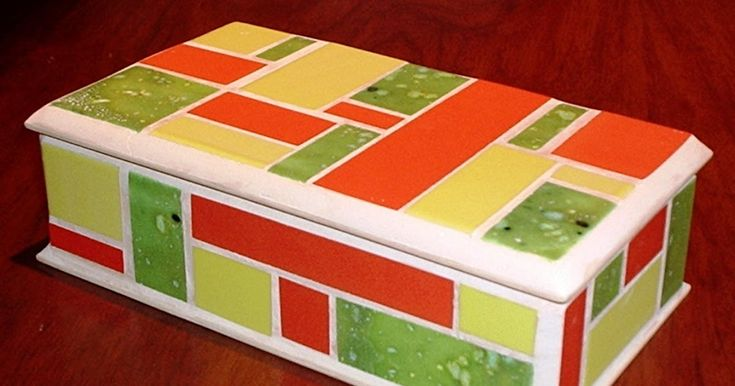 Caja de madera tratada con goma laca pintado lálex blanco. Azulejos naranjas, verdes y amarillos, corte rectángular. Fragüe blanco y sellant...