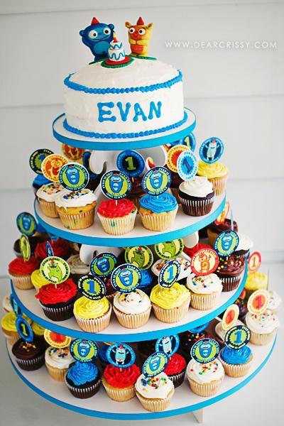 Love this cupcake/cake tower!