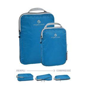 Ensemble de deux cubes de compression Pack-It d'Eagle Creek –  Vous n'imaginez même pas à quel point il est possible de gagner de l'espace dans une valise! Ensemble offert en bleu et en blanc.