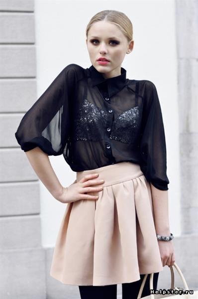 Бежевая юбка и черные колготки