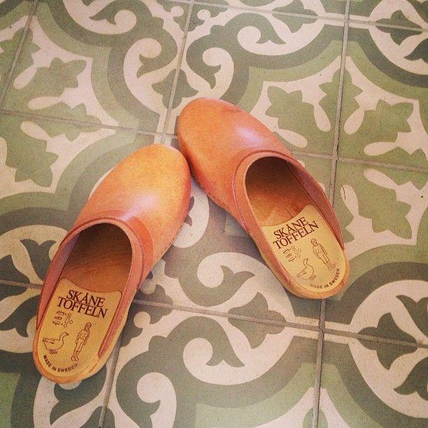 Årets hagesko #tresko#skånetoffeln#historiskefliser#summer#garden#shoes