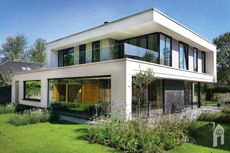 De architecten Van der Padt & Partners tonen met dit kubische, moderne en tot in de puntjes fraai afgewerkte, witte woonhuis eens te meer dat zij van alle markten thuis zijn! Dit mag dan geen 'klassieker' zijn, toch is het weer de detaillering die een belangrijk aandeel voor zich opeist. Als we veelzijdige Arno van …