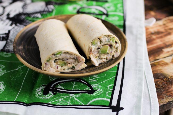 Tudjátok, hogy mennyire szeretjük a tekercseket. Persze már a papiruszokért is rajongtunk, de aztán továbbmentünk az izgalmasabb dolgok felé és túrótekercset, gyorséttermi tekercset és egyéb finomságokat készítettünk belőle! :D Most egy nagyon krémes, avokádóval és grillcsirkével töltött megúszós receptet mutatunk nektek, amit az egyszerűsége és az íze miatt már az első falat után imádni fogtok!