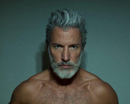La elegancia va con la persona no con la edad. #hombre #elegante #barba #blanco #cabello