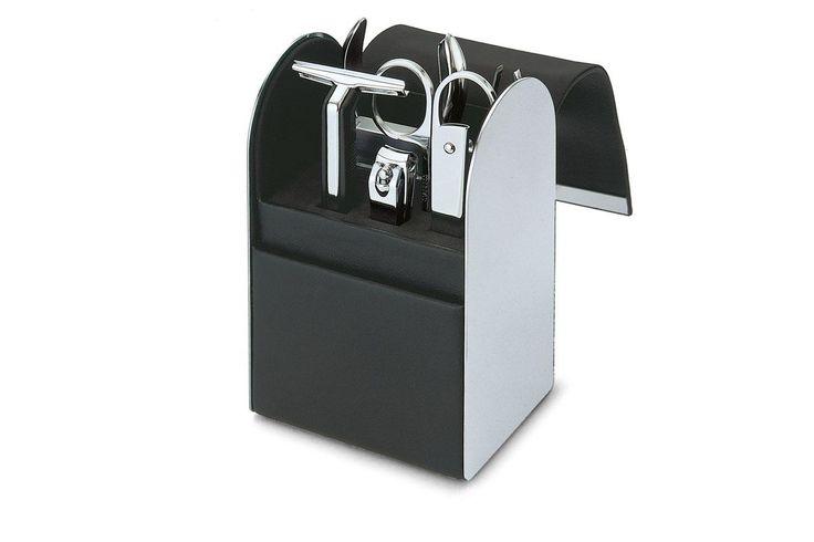 GIORGIO Erkek Bakım Seti Seyahat eden erkekler için vazgeçilmez aksesuar. 7 parça: Makas, çıtçıt, et makası, traş makinesi, traş bıçağı kasetleri, cımbız, törpü. Kapak kısmı mıknatıslı kapanıyor. Giorgio serisinin diğer aksesuarları ile takım olarak alabilirsiniz. Ürün Cinsi : Deri-Paslanmaz Çelik  Ürün ebadı: 6,3 x 7,5 x h 16 cm Tasarım: Flip Design (Philippi Tasarım Grubu)  http://www.qtoo.com.tr/giorgio-erkek-bakim-seti