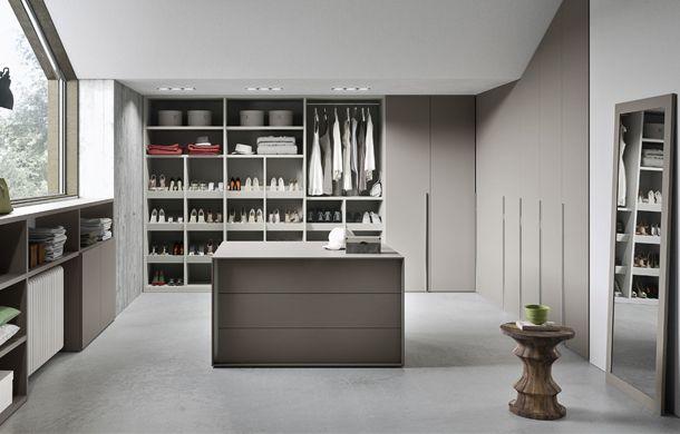 Un dressing à la hauteur de vos ambitions, rangement ouvert et fermé, îlot central avec des rangements tiroirs, il va même devoir faire les magasins pour finir de le remplir !