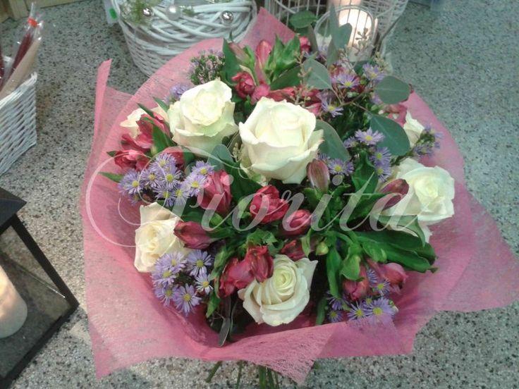 Букет из роз, альстромерий и астр. Заказ цветов в Праге