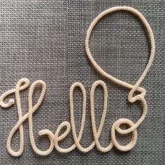 Hello mot en tricotin 5 lettres relié par un ballon