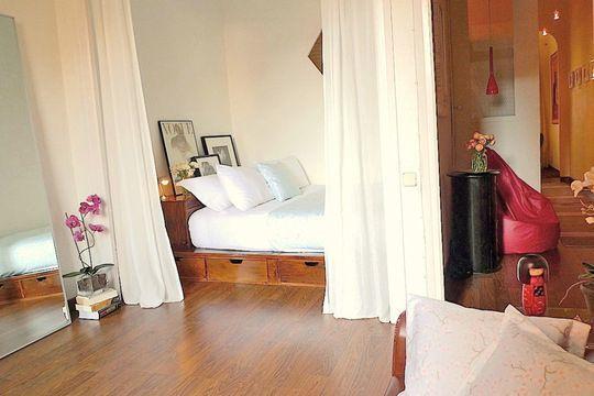 Une chambre séparée du reste de l'appart' par des rideaux. | 25 façons d'embellir votre lit