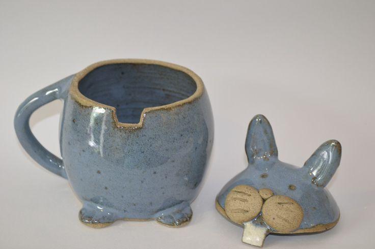 Caneca em cerâmica de alta temperatura em formato de coelho, esmaltada de azul