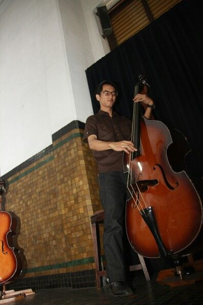 Sok bisaaa frettlesss bass gituhhh,,,gaya..nyeeee