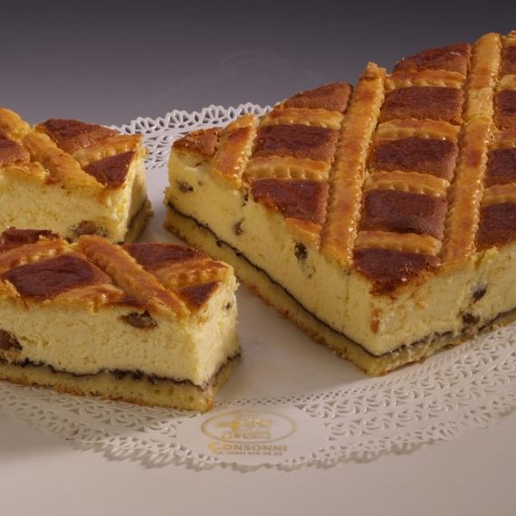 Sernik krakowski Ciasto kruche ze świeżym twarogiem, rodzynkami i świeżymi jajkami według krakowskiej, domowej receptury.
