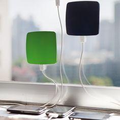 Strom sparen, ohne auf technischen Komfort verzichten zu müssen: mit Hilfe von Sonnenenergie kann das Solar-Aufladegerät für das Fenster den Akku von Smartphones und vielen weiteren Geräten aufladen.
