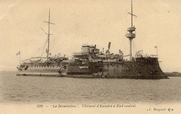 'Dévastation' is the name of the boat, launched from Lorient in French Brittany on August 19, 1879. 100-m long, it is of course the greatest ship in the French fleet (and the English will soon name a group of its own the same). In October 1914, the ship is turned into an internment camp for German war prisoners — two weeks into WWI it had served as 'experimental target' to test the penetration of the shells from new French 'superdreadnought' battleships. | En Envor