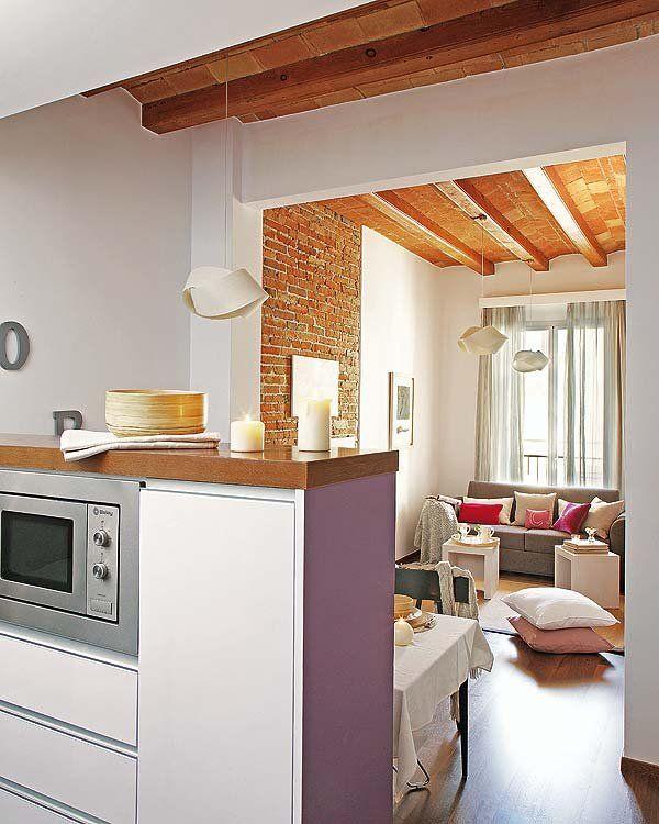 Un apartamento reformado con vigas vistas