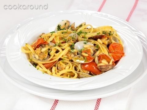Linguine con pomodorini, vongole e pinoli: Ricette di Cookaround | Cookaround