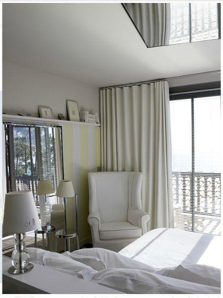 Les couleurs, les matériaux et les objets disposés ça et là, livres, bibelots, ont été choisis avec soin et participent à cette sensation de chambres habitées, inspirées et vivantes. #Hotel #Room #Bed #Suite #Starck